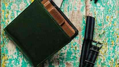 男性へのプレゼントにもおすすめ!二つ折りの革財布おすすめブランド10選